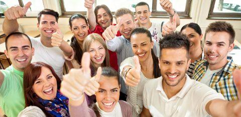 Equipe de funcionários sorridentes e satisfeitos