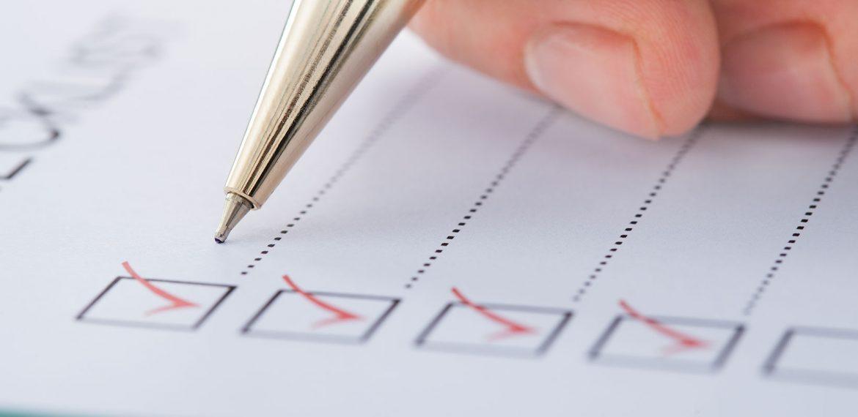 Indivíduo preenche checklist com caneta