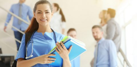 Estudante de medicina segura cadernos e livros em escada