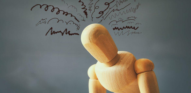Boneco de madeira que simboliza muitos pensamentos e ansiedade