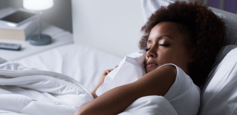 Mulher jovem dormindo