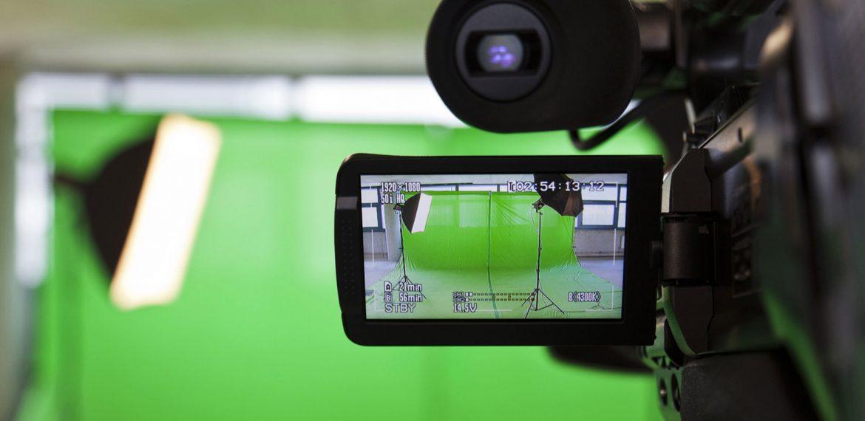 Câmera em estúdio de gravação com fundo de chroma key