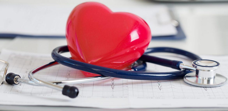 Estetoscópio e coração de borracha