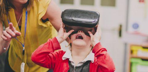 Criança assiste história por realidade virtual