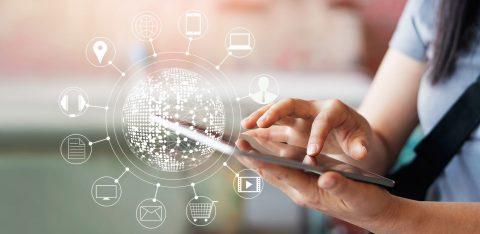 Mulher com tablet nas mãos e desenho que representa conexões de diferentes campanhas de marketing