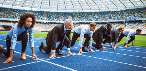 Funcionários com roupa formal se preparam para iniciar corrida