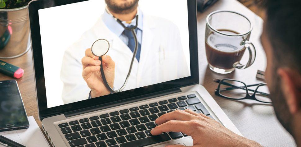 Homem busca informações sobre saúde pela internet e aparece na tela do notebook um médico