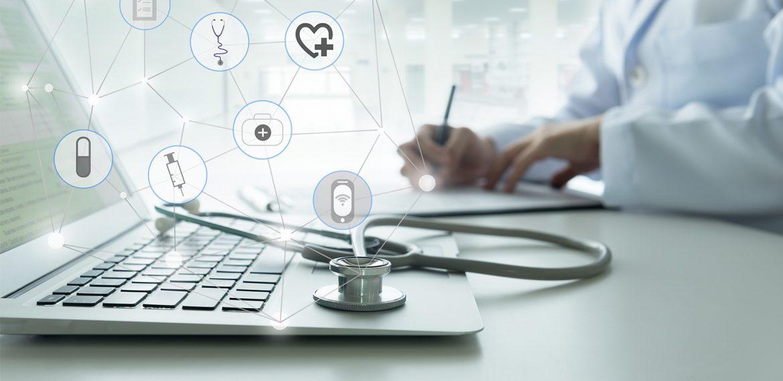 Médico trabalhando conectado com internet e novas tecnologias
