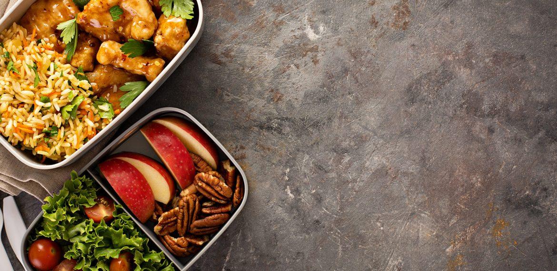 Duas marmitas com refeições saudáveis
