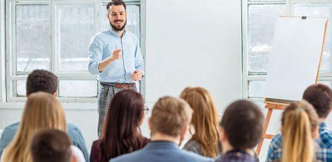 Homem realiza palestra para funcionários de empresa