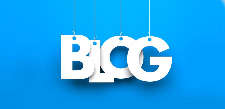 Letras penduradas que formam a palavra blog