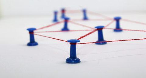 Linha conectada por pinos, o que que representa a intranet de empresas