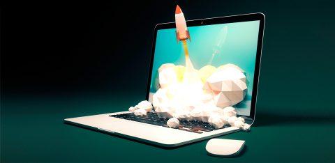 Notebook com foguete decolando representando a revolução do marketing digital