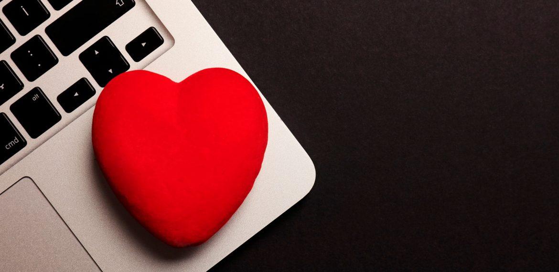 Coração de borracha em cima de notebook fazendo alusão a blog com informações sobre saúde