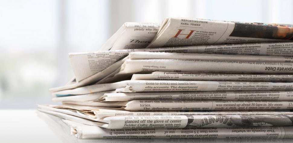Vários jornais empilhados