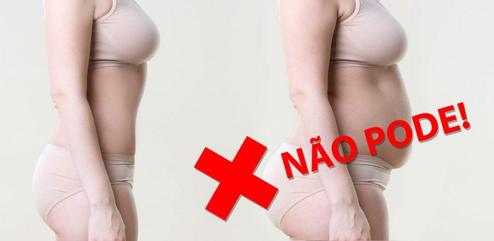 Antes e depois de procedimentos médicos em uma mulher somente de calcinha e sutiã