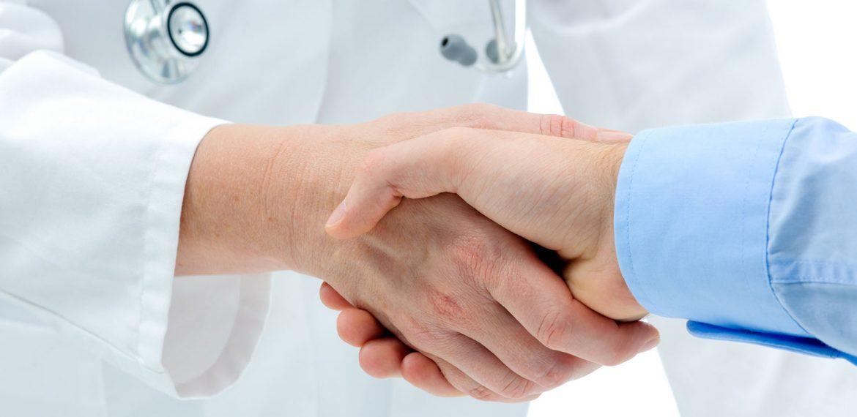 Paciente cumprimenta médico com a mão