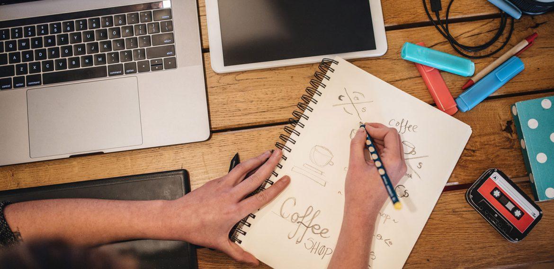 Designer desenvolvendo logotipo de uma cafeteria