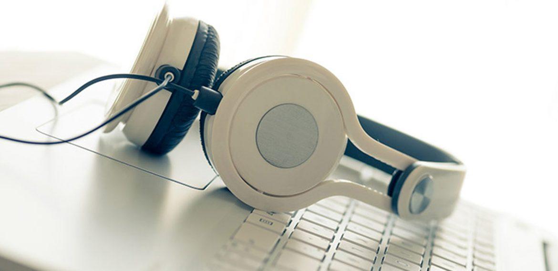 Fone de ouvido para ouvir matérias em áudio