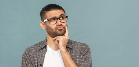 Homem de óculos pensativo