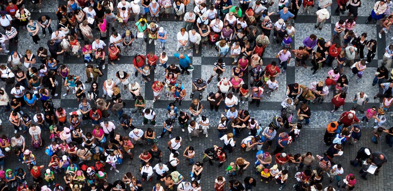 Foto do centro da cidade com multidão