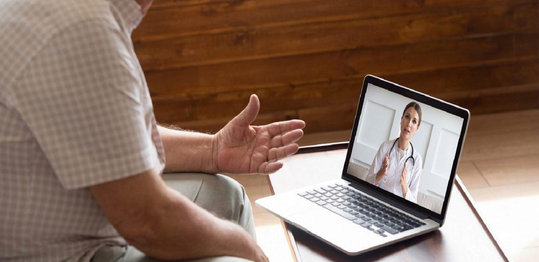 Médica mulher realiza consulta por telemedicina com paciente homem