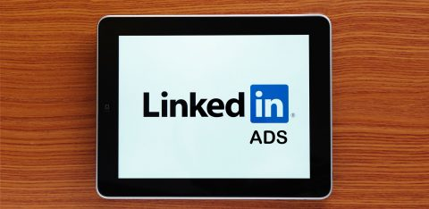 Tablet com logo linkedin ads