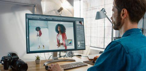 Designer ajustando imagem