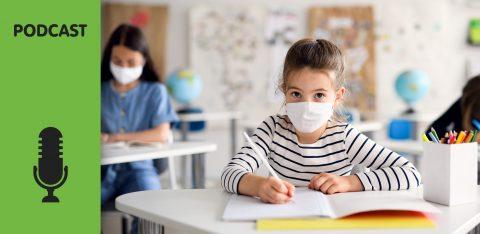 Criança com máscara na escola